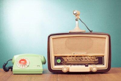 Plakát Retro rádio s zelené světlo, mikrofon a telefon na stůl