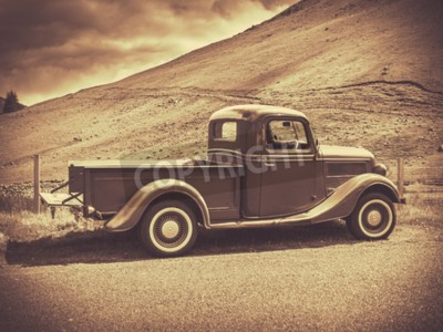Plakát Retro styl Sepia obraz Vintage Truck v přírodě