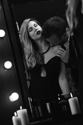 Plakát Romantický vášnivý pár v zrcadle