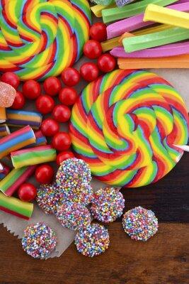 Plakát Rozmanité bonbony s hnědou papírovou tašku.