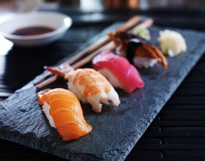 Plakát Rozmanité sushi nigiri na břidlice