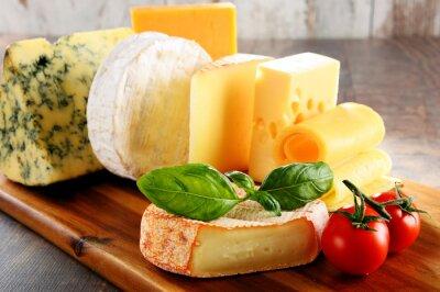 Plakát Různé druhy sýrů na kuchyňském stole