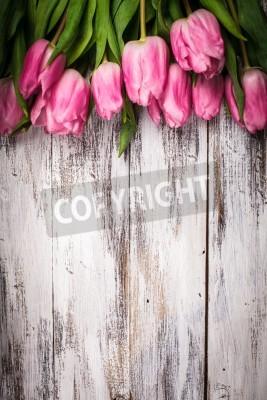Plakát Růžové tulipány nad zchátralého bílém dřevěném stole