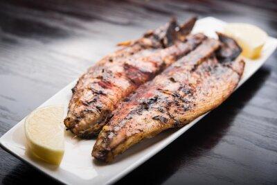 Plakát Ryby na grilu s citronem na bílém talíři