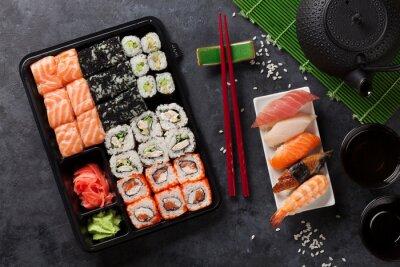 Plakát Sada sushi a maki válcem a zeleným čajem