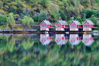 Plakát Scénický výhled na jezero a rybaření chaty v Flam, Norsko
