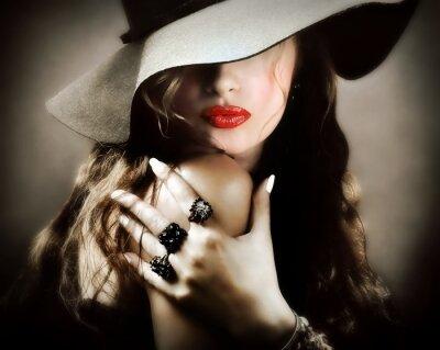 Plakát Sexy mladá hezká žena s červené rty, vintage šperky polibek