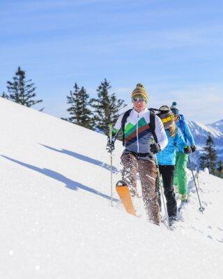 Plakát Skitourengeher Legen eine čerstvé Spur im Pulverschnee