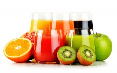 Plakát Sklenice nejrůznějších ovocných šťáv na bílém. detoxikační dietu