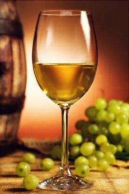 Plakát Sklenka bílého vína v přední části zelených hroznů a starý barel