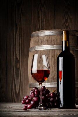 Plakát Sklenka červeného vína s lahví a sudů postavení