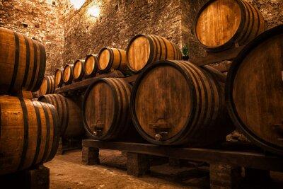 Plakát sklep s sudy pro skladování vína, Itálie