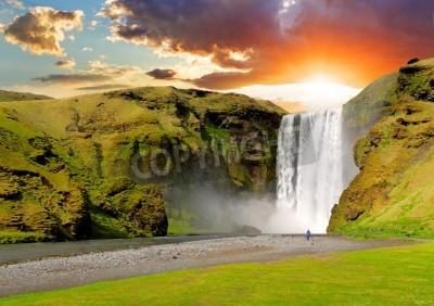 Plakát Slavný vodopád Skogafoss na Islandu při západu slunce