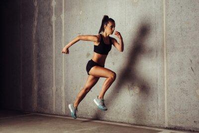 Plakát Slim atraktivní sportovkyně běh proti betonové pozadí