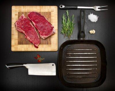 Plakát Složení s syrové žebra a kuchyňských nástrojů na černé dřevo