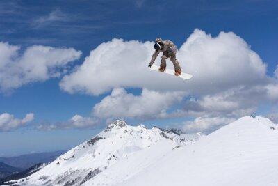 Plakát Snowboard skok na horách. Extrémní sport.