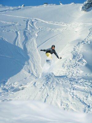 Plakát Snowboarding. Horské lyžař skoky. Spousta copyspace