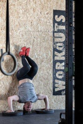 Plakát Sportsman dělá pokročilé cvičení