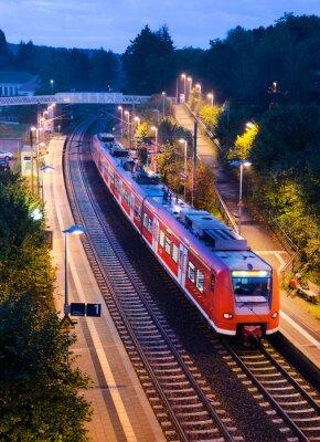 Plakát Stanice Zastávka S-Bahn příměstských vlaků ve večerních hodinách