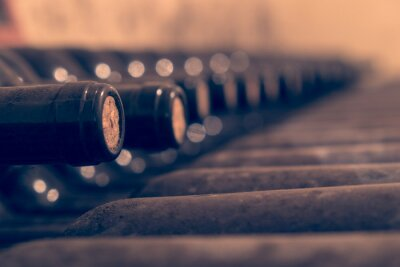 Plakát Staré láhve vína naskládaných stárnutí