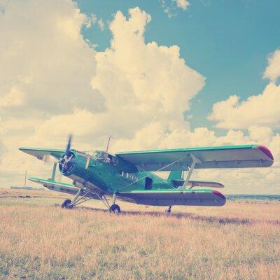 Plakát staré letadlo na zelené trávě