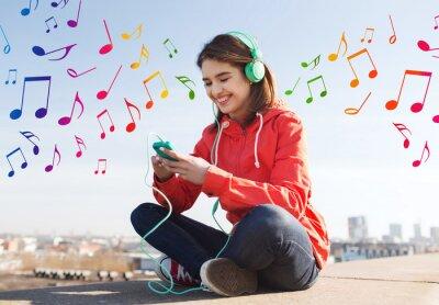 Plakát šťastná mladá žena s smartphone a sluchátka