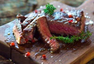 Plakát Šťavnatý steak s čerstvými bylinkami