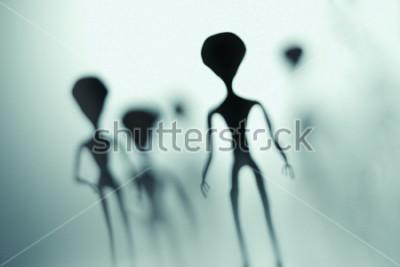 Plakát Strašidelné siluety cizinců a jasné světlo v pozadí. 3D tavené ilustrace.