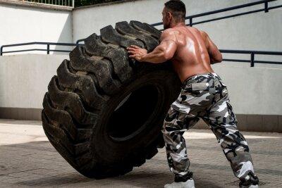 Plakát Svalnatý muž účasti na křížové fit cvičení