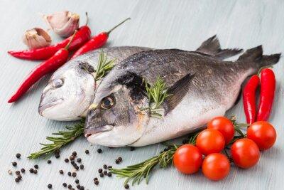 Plakát Syrové čerstvé dorado ryby se zeleninou a kořením. Zdravé jídlo