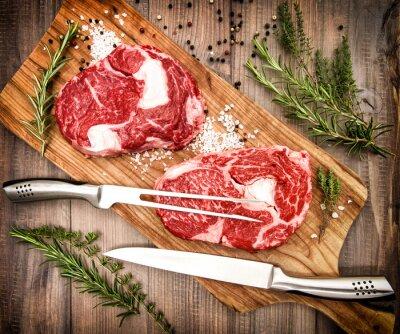 Plakát Syrové čerstvé maso ribeye steak s bylinkami a kořením. retro styl