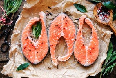 Plakát Syrové lososa steaky s čerstvými bylinkami, solí a pepřem kuří oka. zpětný pohled