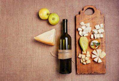 Plakát Sýrů zdobená medem, jablka a láhev vína na