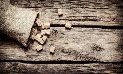 Plakát Třtinový cukr rafinovaný v kapse. Na dřevěném podkladu.