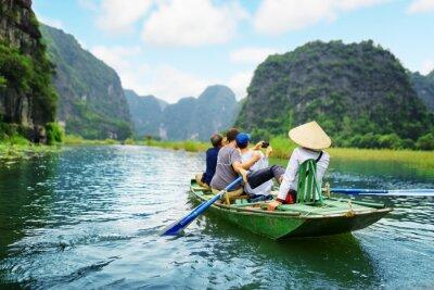 Plakát Turisté brát snímek. Veslař používat nohy pohánět vesla