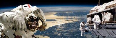 Plakát Tým astronautů vykonávajících práci na vesmírné station.- prvky tohoto snímku zařízený NASA.