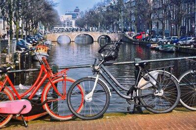 Plakát Typické městské kola v Amsterdamu na mostě