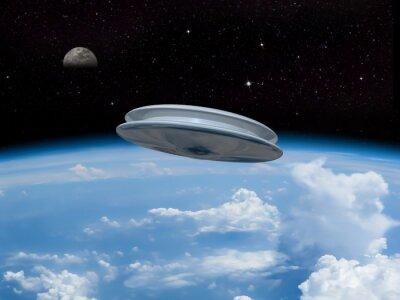 Plakát UFO vstupující do zemské atmosféry s měsícem viditelný v dálce. Invazi! Vítáme naše nové vládce!