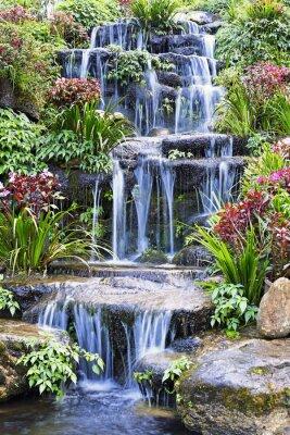 Plakát Umělým vodopádem a socha na zahradě