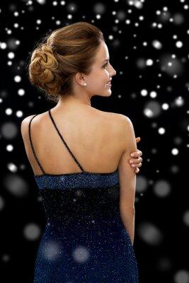 Plakát usmívající se žena ve večerních šatech