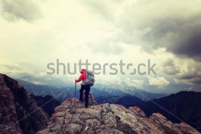 Plakát úspěšná žena batůžkáři se těší na výhled na vrchol hory