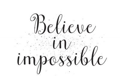 Plakát Věřit v nemožné nápisu. Blahopřání s kaligrafií. Ručně kreslenými design. Černý a bílý.