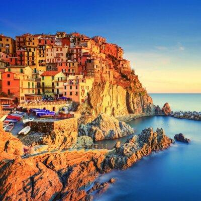 Plakát Vesnice Manarola, skály a moře při západu slunce. Cinque Terre, Itálie