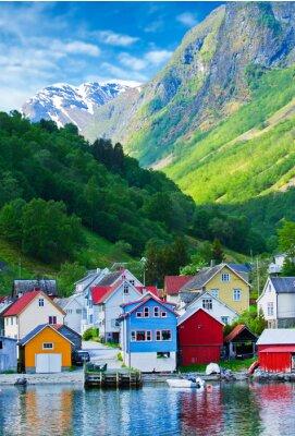 Plakát Village a Výhled na moře na horách v Geiranger fjordu, Norsko