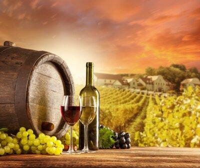 Plakát Víno zátiší s vinicí na backgorund