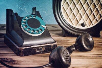 Plakát Vintage telefon a rádio na dřevěný stůl