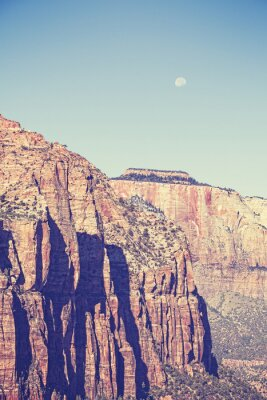 Plakát Vintage tónovaný měsíc přes hory v národním parku Zion, USA.