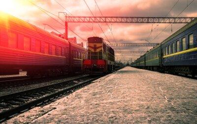 Plakát Vlak v paprscích červeného slunce