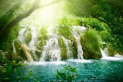Plakát vodopád v hlubokém lese