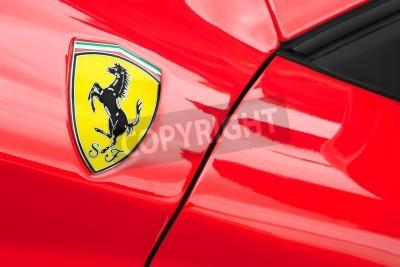 Plakát Winnersh, Velká Británie - 18 května 2013: Ferrari sportovní vůz odznak detailní; část kolekce klasických a moderních vozidlech zobrazí na charitu na Bearwood College v Winnersh, Velké Británii